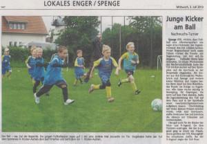 Junge Kicker am Ball